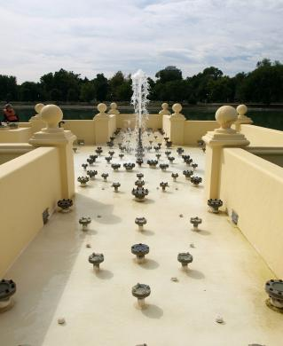 Fountain vault deck with center geyser